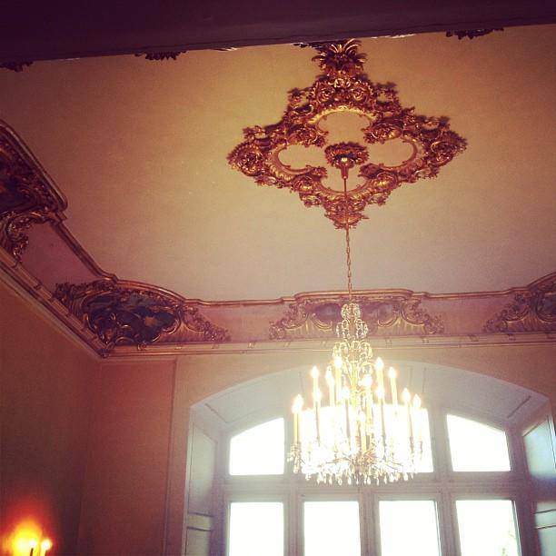 Ein Bild mit der Decke und einer Lampe in einem Schloss